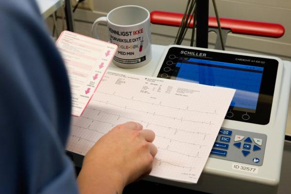 Bilde av helsepersonell på jobb som bruker medisinske referansekort fra Cingulum AS