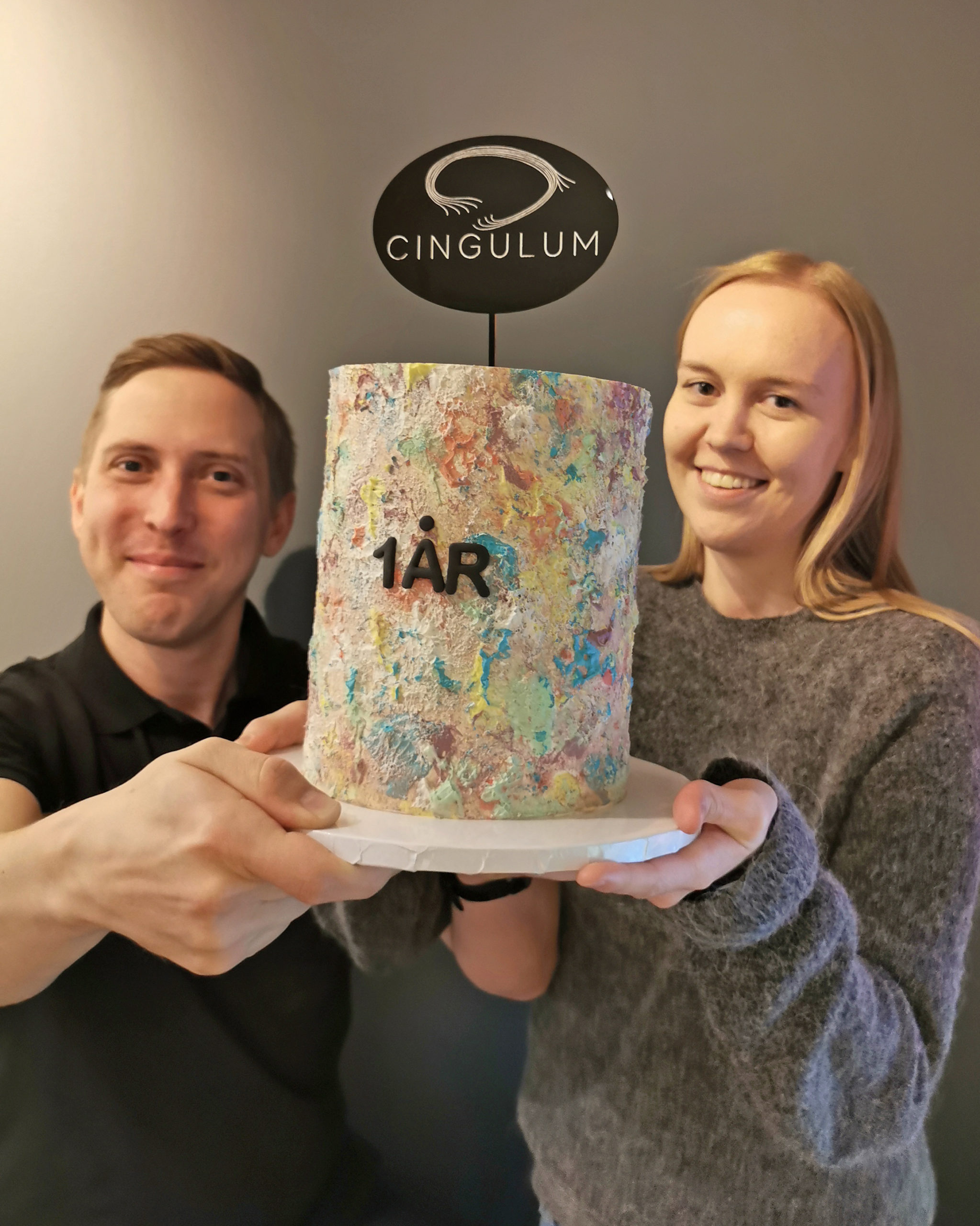 Bilde av Linn og Anders som holder bursdagskake, Cingulum fyller ett år