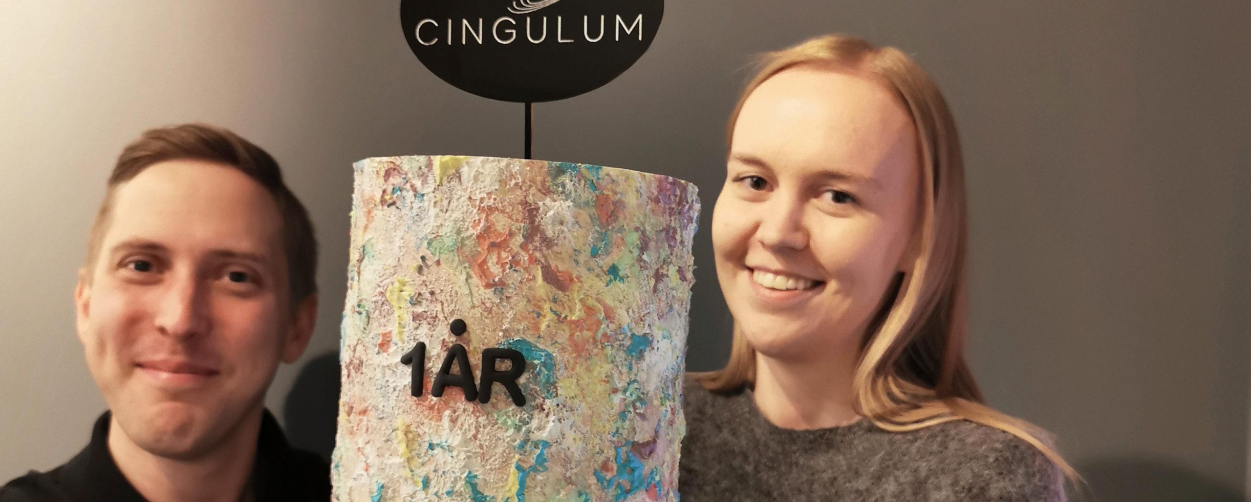 Cingulum fyller ett år, bilde av Linn og Anders med bursdagskake, Cingulum AS