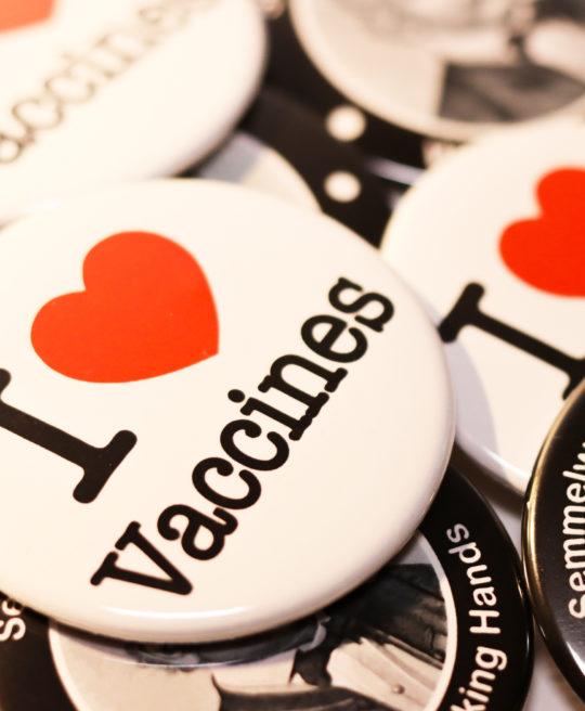Bilde av buttons til helsepersonell og studenter, fra Cingulum AS