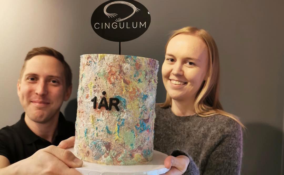 Bilde av Linn og Anders i Cingulum, bursdagskake, Cingulum fyller ett år