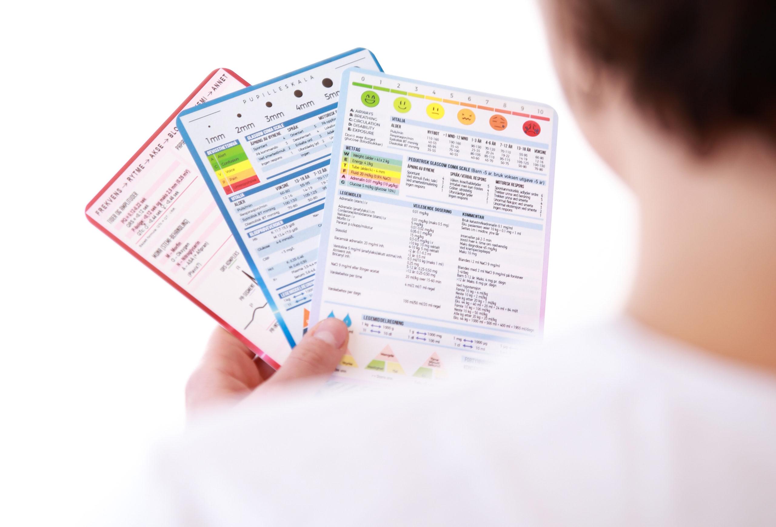 Mann holder medisinske referansekort fra Cingulum AS