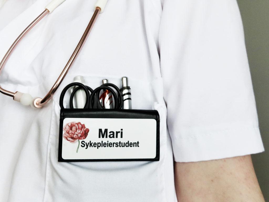 bilde av sykepleierstudent Mari på jobb med skilt, Cingulum AS