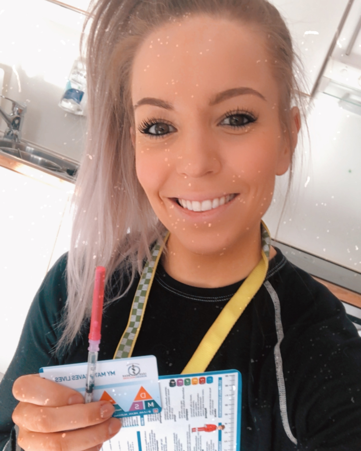 Ambulansearbeider Anne Kari med medisinske referansekort fra Cingulum