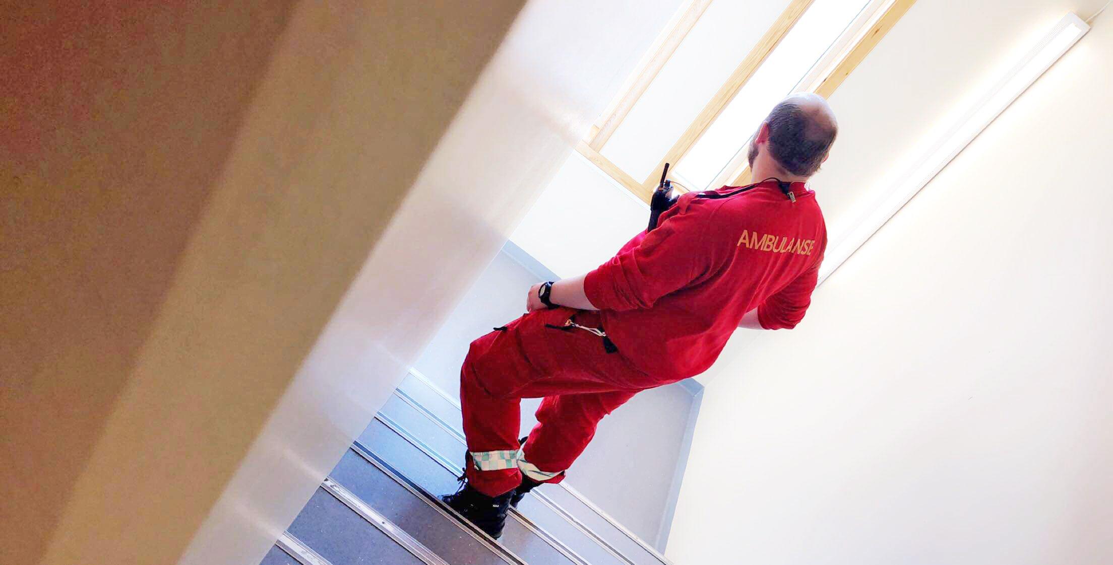 Bilde av David Andersen som er ambulansearbeider, på vei ned trappen - Cingulum