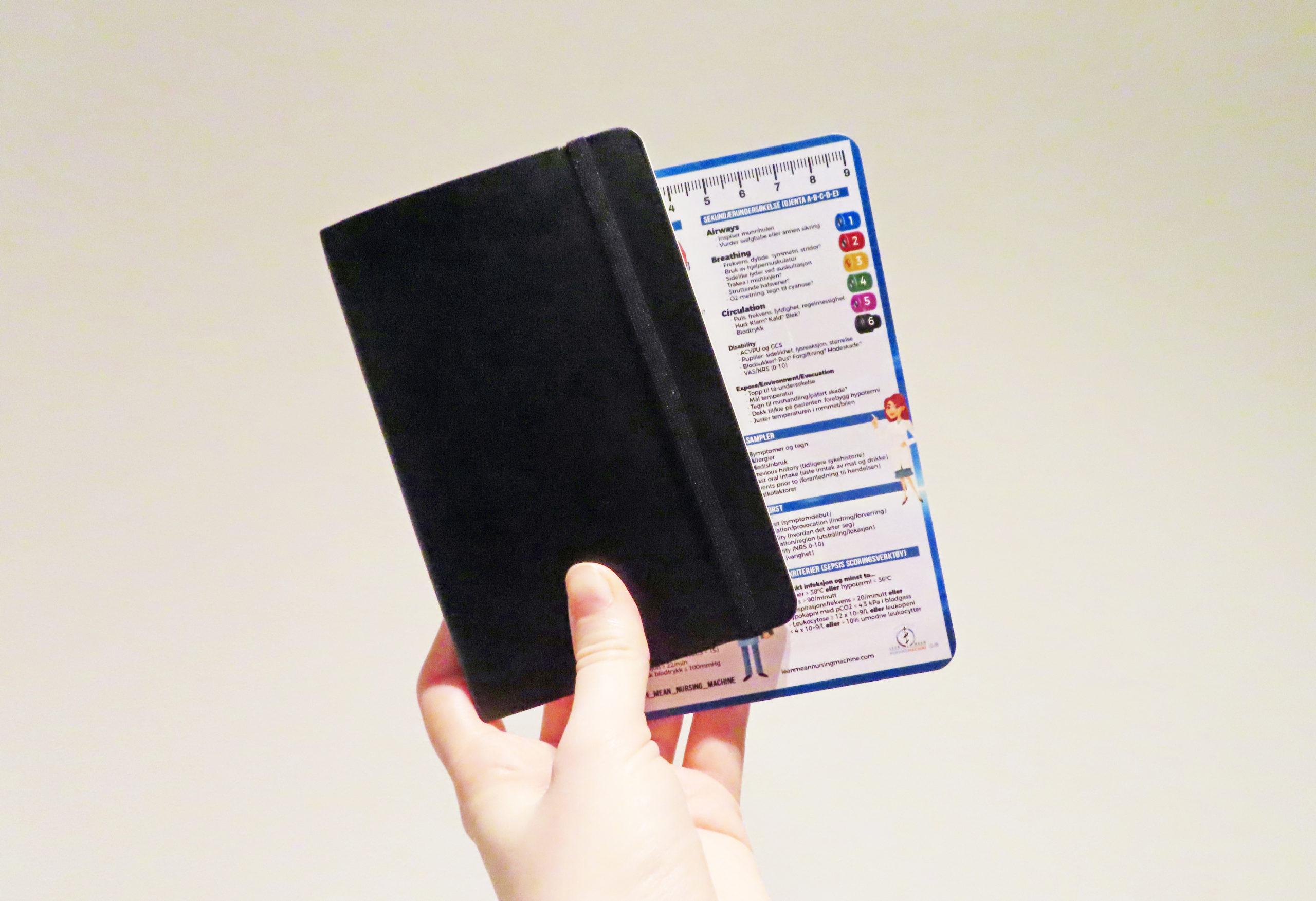 Notatbok og medisinske referansekort fra Cingulum